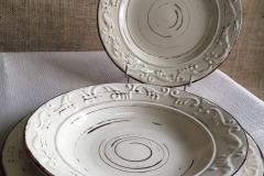piatti beige decorati a rilievo