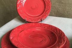 piatti rossi 1 decorati a rilievo