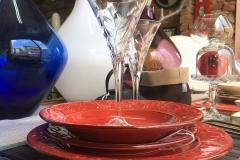 piatti rossi decorati a rilievo