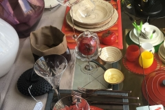 piatti rossi e beige decorati a rilievo
